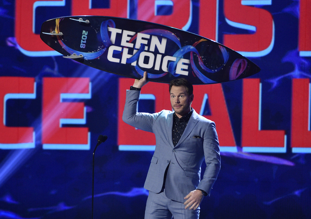Chris Pratt holding Teen choice board in award show