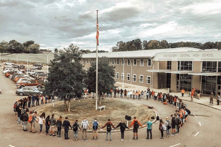 Students gather to pray