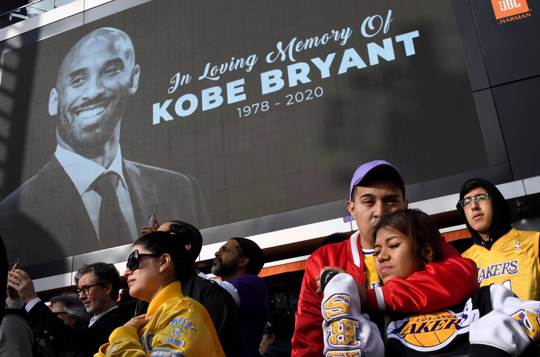 Fans mourn the loss of Kobe Bryant in front of Staples Center