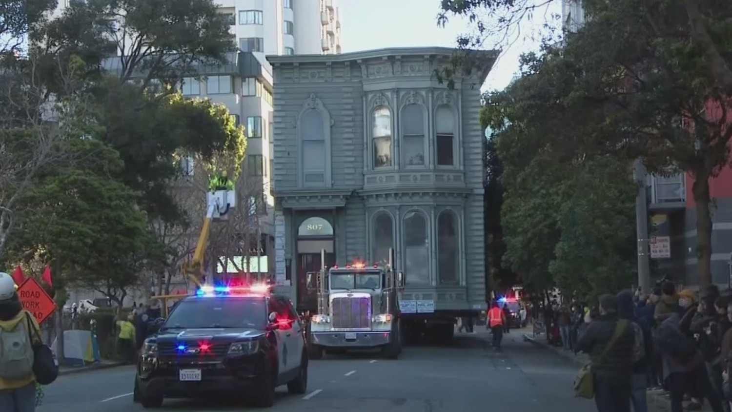 Moving house thru streets of San Francisco