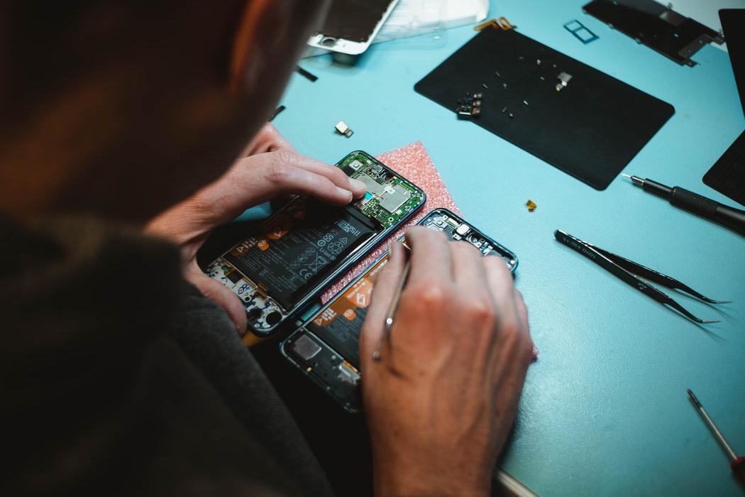 repairing smartphone